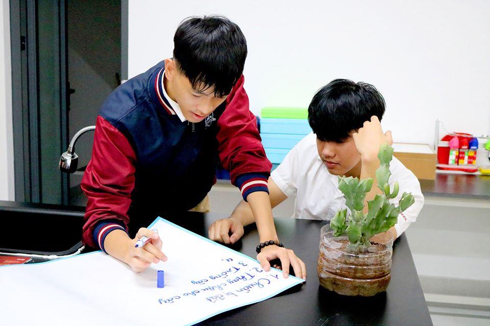 105485461 1035635966893524 7905712357426292119 o 1 iSer Quảng Trị thực hành trồng cây với chậu tái chế trong giờ Sinh học