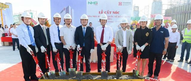GS Phùng Xuân Nhạ - Bộ trưởng Bộ GD-ĐT (giữa) và Ban lãnh đạo NHG tại lễ cất nóc tòa nhà HIU 5 sao