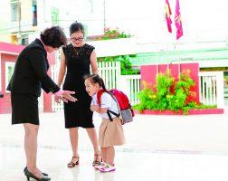 ischool chao dau gio 1 Thư Human 42: Giáo viên iSchool chào đón học sinh với tinh thần phục vụ trong yêu thương