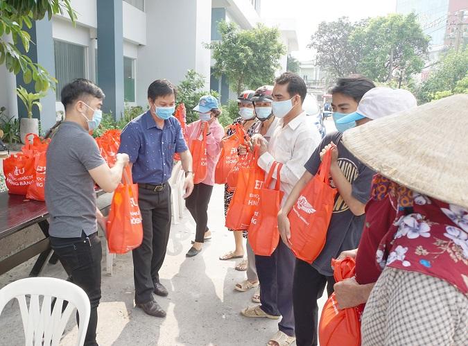 HIU TANG QUA 3 Đại học Quốc tế Hồng Bàng hỗ trợ đồng bào gặp khó khăn do dịch bệnh