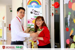11 Thay Tuan Vu dai dien phai manh iSchool Tra Vinh tang hoa cho co Tyrish giao vien ngoai ngu nhan ngay 2010 Sending love to all the women of NHG