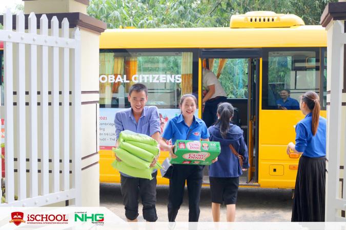 2 2 iSchool Quảng Trị chung tay cùng người dân vượt khó mùa mưa lũ