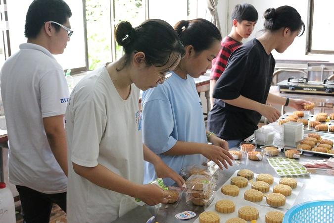 BVU DOI TINH NGUYEN LAM BANH2 Lan tỏa yêu thương cùng đội tình nguyện của BVU