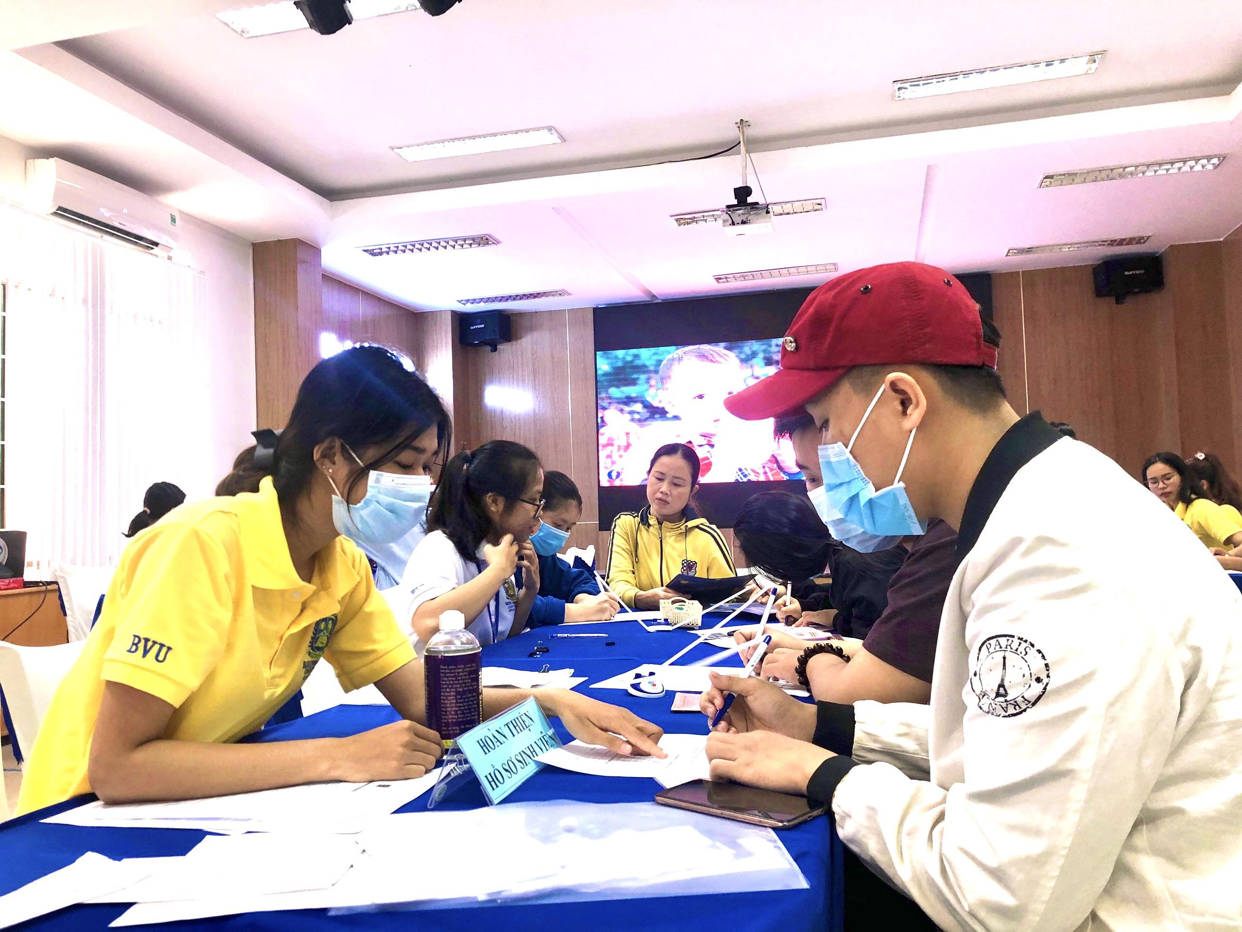 DOI TINH NGUYEN HUONG DAN NHAP HOC2 Lan tỏa yêu thương cùng đội tình nguyện của BVU