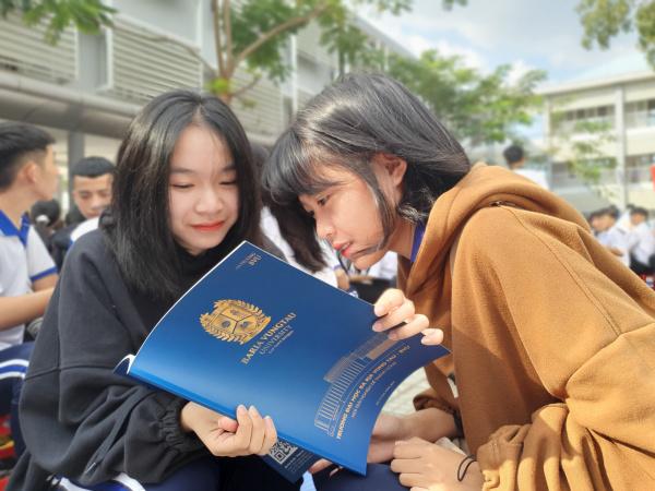 Nu sinh truong THPT Hac Dich Thi xa Phu My BRVT tim hieu cac thong tin tuyen sinh cua BVU Mùa tư vấn tuyển sinh, hướng nghiệp 2021: 4 Đại học giúp học sinh chọn đúng ngành học
