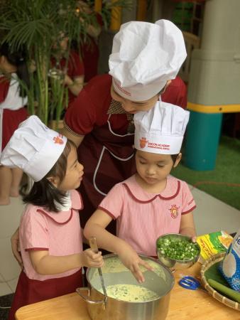 """SGA lam banh dan gian tet 2021 6 Trải nghiệm dự án """"Bánh dân gian"""" cùng Saigon Academy (SGA)"""