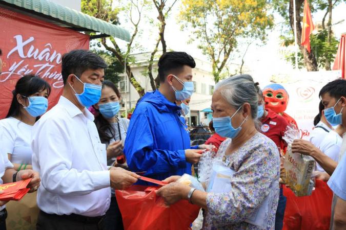 Thien nguyen tai benh vien ung buou 4 NHG mang hơi ấm mùa xuân đến trẻ em ung thư tại Bệnh viện Ung bướu
