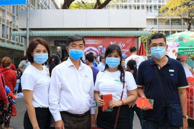 Thien nguyen tai benh vien ung buou NHG mang hơi ấm mùa xuân đến trẻ em ung thư tại Bệnh viện Ung bướu