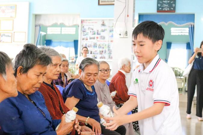 tong ket thien nguyen dot 1 7 Học sinh, sinh viên NHG mang hơi ấm mùa xuân đến các mái ấm, viện dưỡng lão