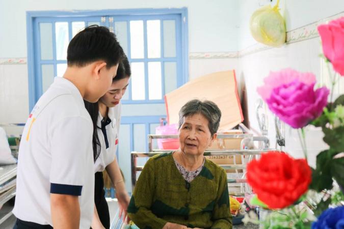 tong ket thien nguyen dot 1 8 Học sinh, sinh viên NHG mang hơi ấm mùa xuân đến các mái ấm, viện dưỡng lão