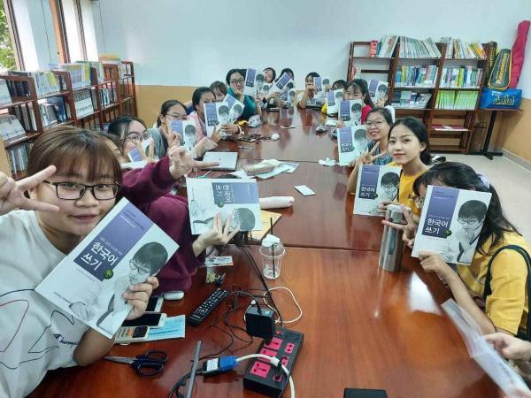 48 27 LOP HOC 11zon Tình nguyện viên KOICA nhiệt tình hỗ trợ sinh viên BVU