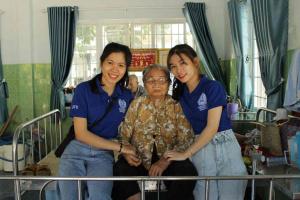 51 28 hai ban sinh vien chup hinh ki niem voi ba 11zon Sinh viên BVU chăm sóc người già neo đơn