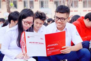 54 30 Hoc sinh tim hieu cac nganh hoc cua HIU 11zon Hành trình HIU mang cổng trường đại học đi muôn nơi