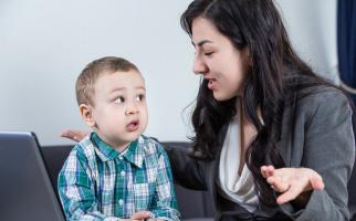 Bố mẹ cần làm gì khi trẻ thích nói leo, ngắt lời người khác?
